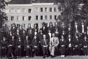 Klasy Liceum Wychowawczyń Przedszkoli przed budynkiem IILO